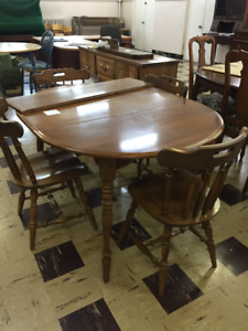 Round kitchen table with leaf. Four chairs included