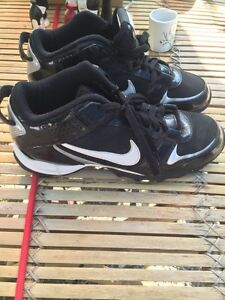 Size boys 6.5 cleated shoes in new condition
