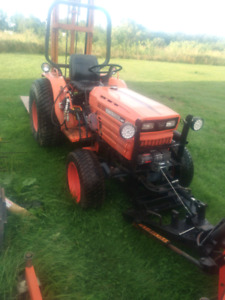 WANTED Wrecked Kubota B8200 with loader
