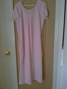 Women's light pink floral embroidered night sleepwear gown Small London Ontario image 2