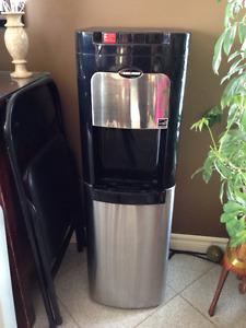 Distributeur d'eau froide et chaude à bouteille dissimulée