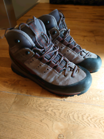 Walking boots size 9 salomon