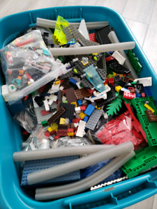 Large lot of Lego (1000's of pieces)