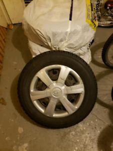 185/65R14 pneus d'hiver sur roues Toyo + caps de roue