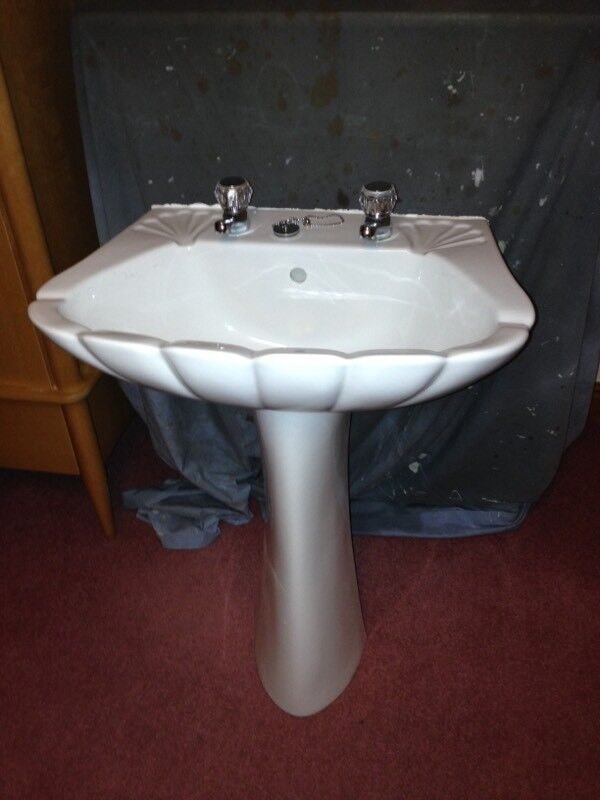 Stylish Wash Basin And Pedestal In Teignmouth Devon