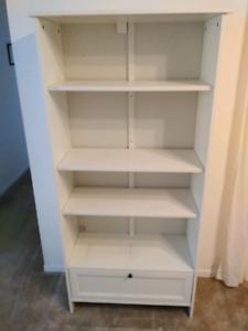 Bibliothèque étagère Ikea 3 tablettes et un tiroir.