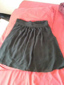 Black skirt with POCKETS! Size S but is stretchy