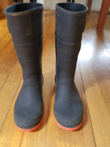 Kamik rubber boots size 4 - barely used