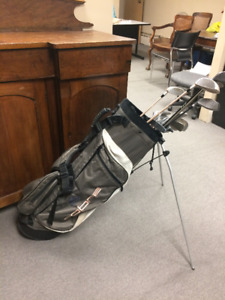 ASSORTED MEN'S GOLF CLUBS WITH BAG