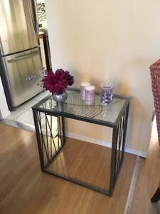 Table de salon en métal et verre