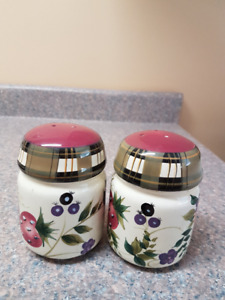 Oneida salt&pepper set.