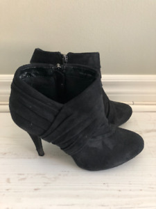 Womens Le Chateau black pumps