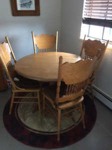Solid oak round table with 4 chairs EUC