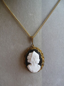 GORGEOUS OLD VINTAGE GOLDTONE CAMEO NECKLACE