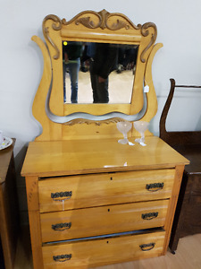 BEAUTIFUL SOLID WOOD ANTIQUE DRESSER WITH MIRROR
