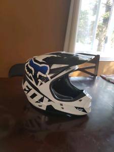 2 casques de motocross(COMME NEUF) et 2 lunettes