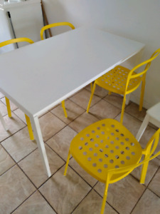 Chaises jaunes ikea + table blanche