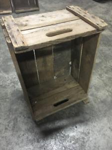 Antique apple crates/ Boîtes de pommes antique