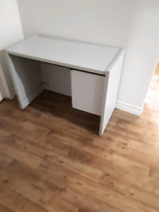 Bureau très solide. Very sturdy desk