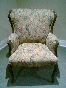 LOVELY ANTIQUE LOOKING CHAIR