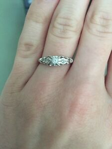 Beautiful 10k white gold ring sz7 diamond with hearts on side