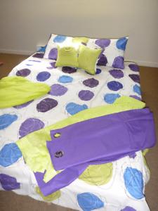 Douillette format lit double à motifs mauve, bleu et vert lime