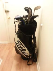 Batons droitier, sac de golf Titleist complet plus souliers Nike