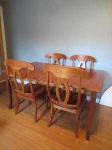 Mobilier de salle à dîner en bois franc.