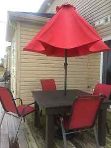 Set de patio. 4 chaises. 1 table. 1 parasol.