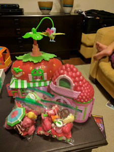Strawberry shortcake and lemon playsets and accessories