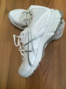 ATTN NURSING STUDENTS!!: Asics Gel Quickwalk Size 7 -