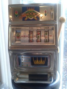 Vintage casino crown slot machine
