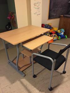 Bureau de travail avec chaise sur roulettes