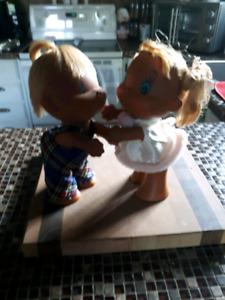 Les poupées kissing dolls