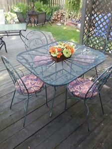 Table en fer avec 4 chaises