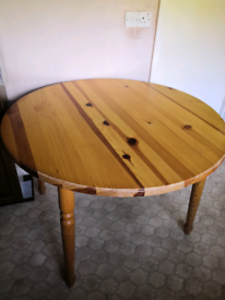 Extending round pine table