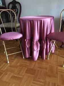 JOLIE TABLE ET 2 CHAISES DÉCORATIVES