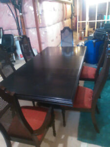 $380 Like New Mahogany Colored Solid wood dinning table 6 chairs