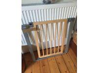 Lindam wooden child safety gate