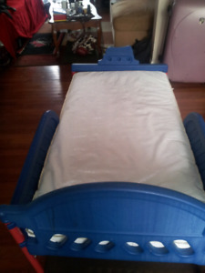 Boy toddler bed w water proof mattres clean