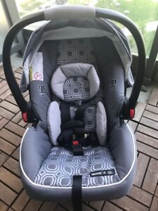 Brand New INFANT CAR SEAT WITH BASE Graco SnugRide Click Connect