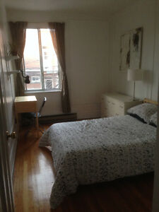 Chambre meublée Juillet/ furnished room available July Outremont