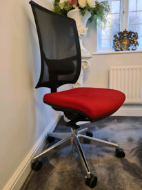 GREAT OFFER! Mesh Black Back Office Chair in Excellent Condition!