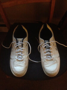 Almost new men's Lind's Bowling shoes. Size 12.