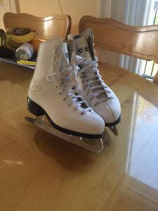 Deux paires de patins pour enfant (20$) et pour femme (40$)