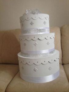 Boîte à enveloppes blanche en forme de gâteau à trois étages