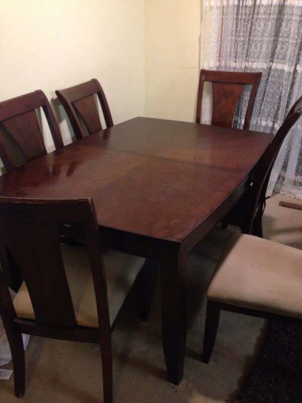 Description Leons Dining Table