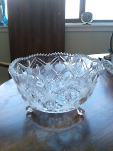 Glass dish with feet