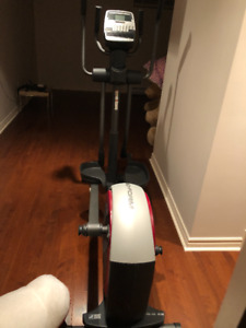 Elliptical exercise machine for sale/Machine elliptique à vendre