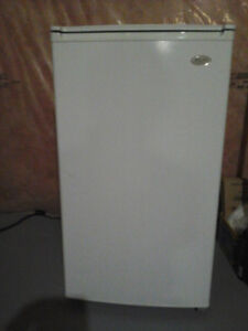 Sanyo deluxe 4.4 cu ft fridge with working counter top